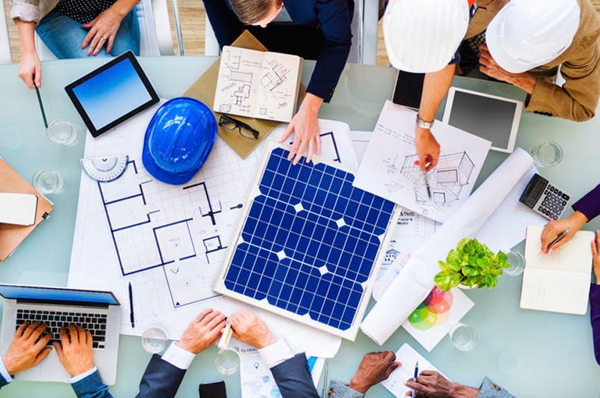 Ingenieros planificando un huerto solar