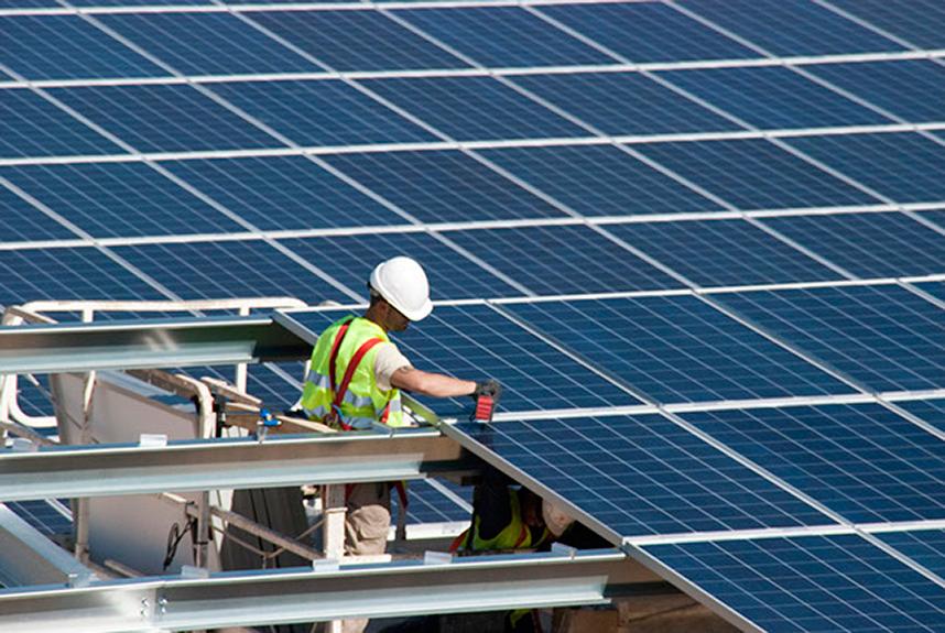 Montaje de estructuras y paneles solares